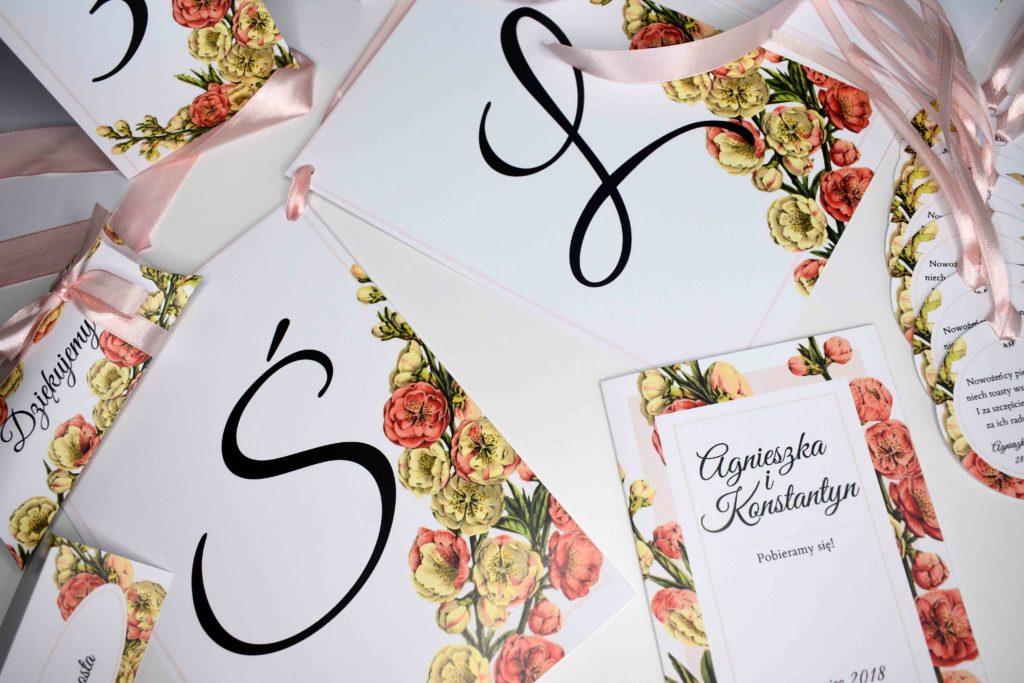 ślubne zaproszenie i dodatki rożówy kwiat