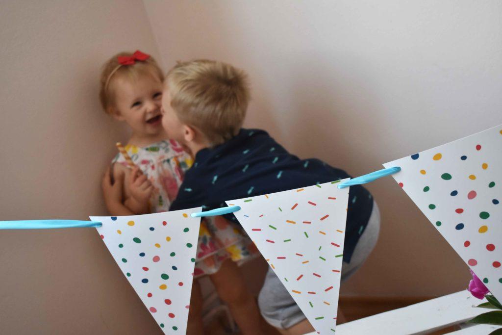 przyjęcie na dzień dziecka z girlandą