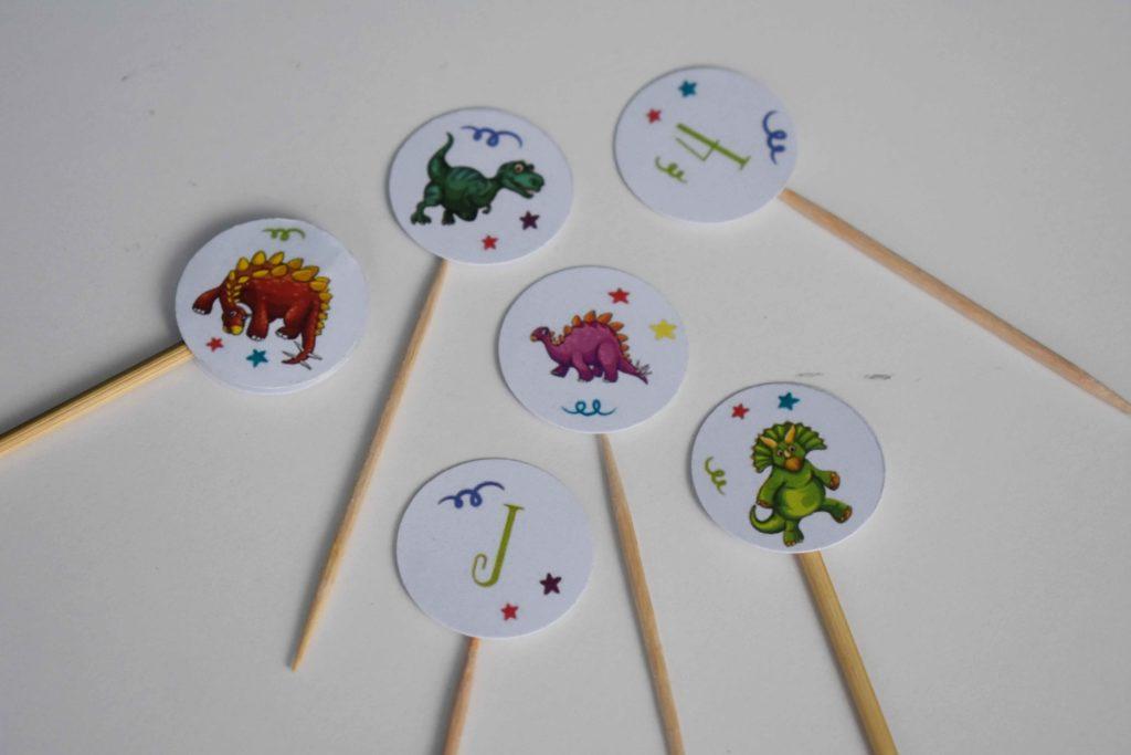 małe toppery na urodziny z dinozaurami