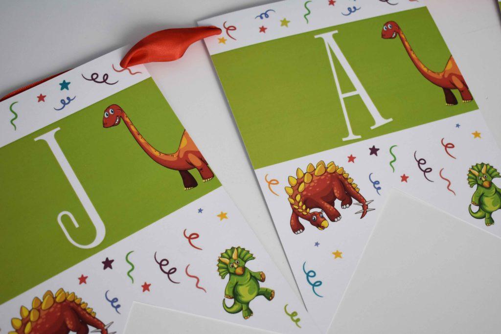 girlanda na urodziny z dinozaurami
