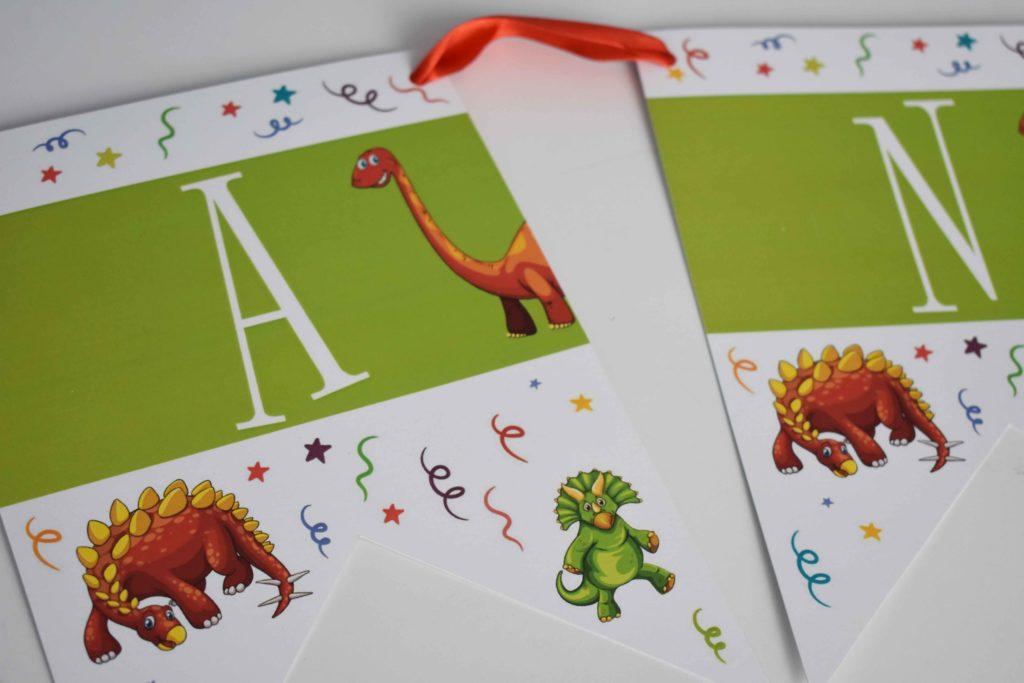 girlanda urodzinowa z napisem w motywie dinozaurow