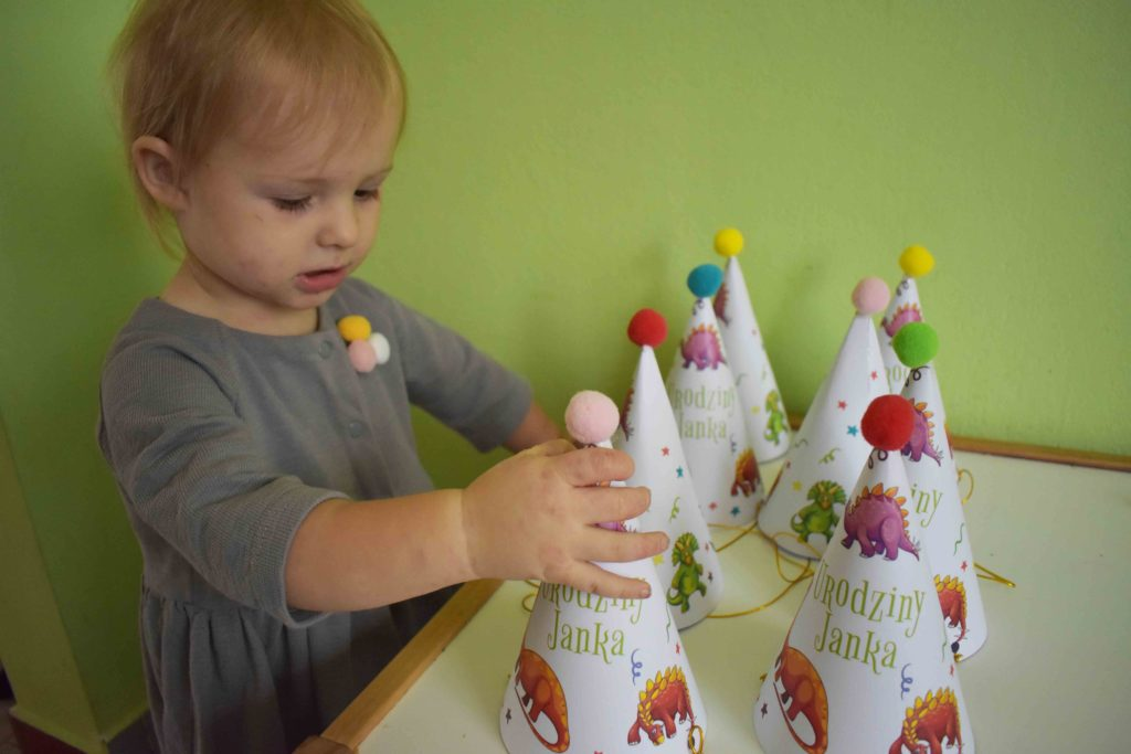 czapeczka urodzinowa z motywem dinozaurow
