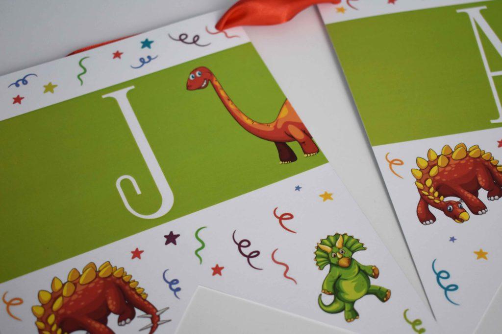 girlanda z napisem z dinozaurami