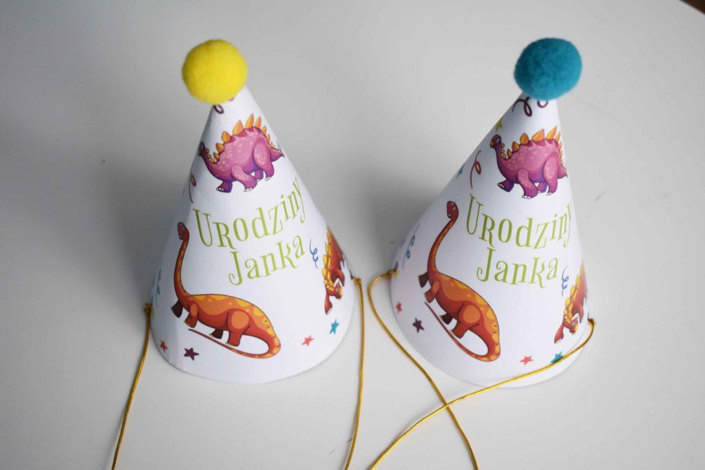 czapeczka urodzinowa z dinozaurami