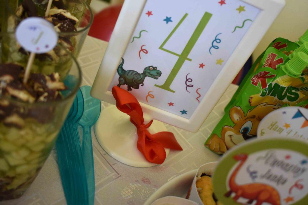tabliczki z napisem dinozaury