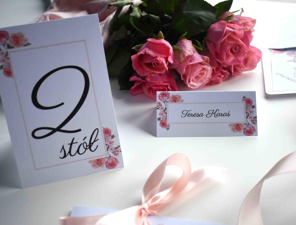 Numer stołu i winietki ślubne W różanym duecie