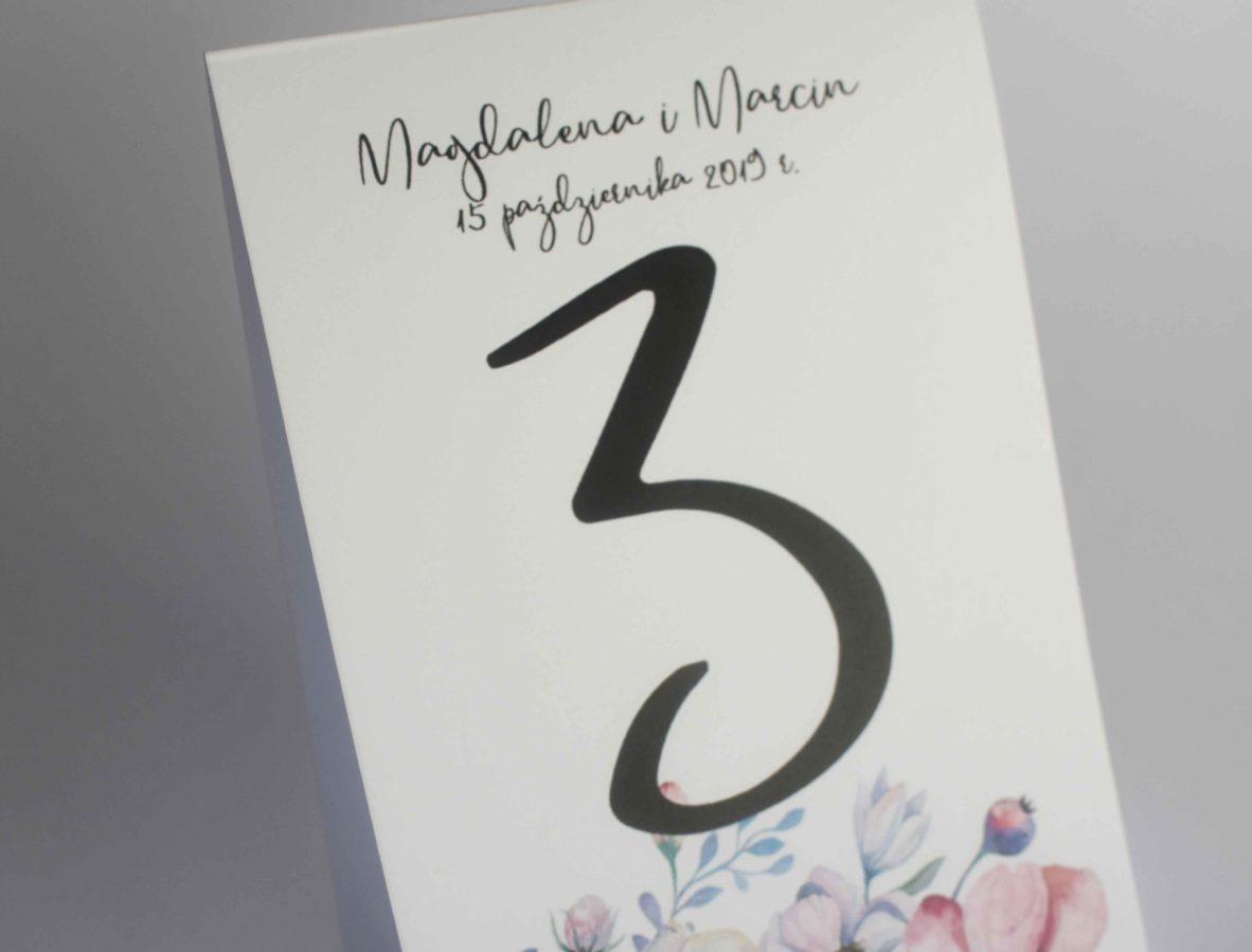 Numer stołu z anemonami