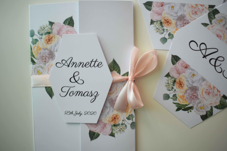 Zaproszenie na ślub z jasnymi kwiatami